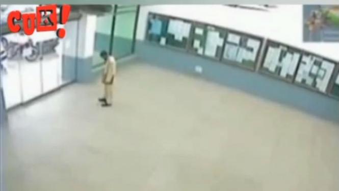 Pria berdiri di depan pintu otomatis.
