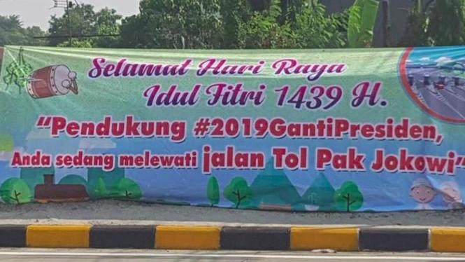Spanduk Jalan Tol Pak Jokowi sindir pendukung #2019GantiPresiden di medsos