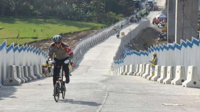 Irjen Royke Lumowa menjajal tanjakan Tol Salatiga pakai sepeda.