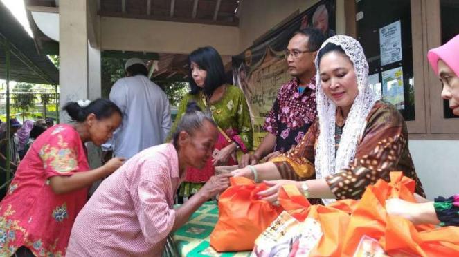 Siti Hediati Hariyadi alias Titiek Soeharto yang kini bergabung dengan Partai Berkarya membagi-bagikan sembako Kulonprogo dan Bantul pada Selasa, 12 Juni 2018.