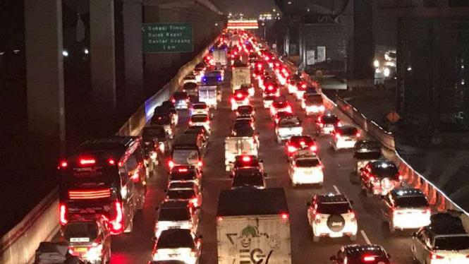 Arus lalu lintas kendaraan pemudik menuju Cikampek pada Selasa, 12 Juni 2018.