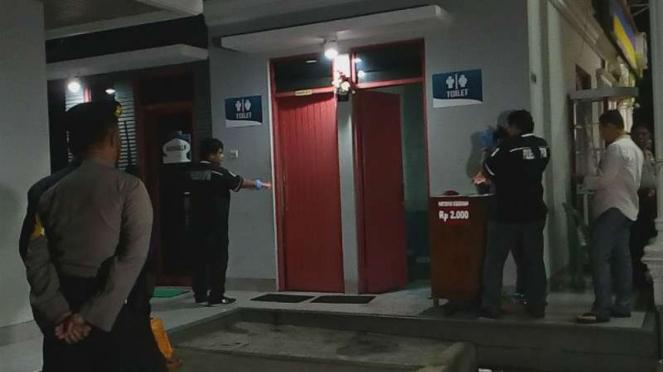 Polisi melakukan olah TKP pria tewas di SPBU, di Depok.