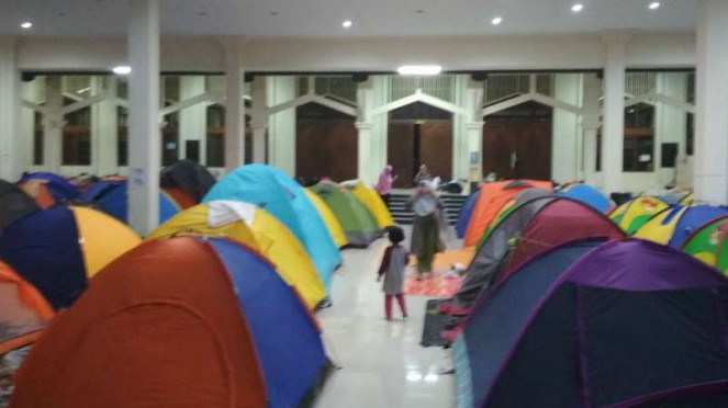 Puluhan tenda berdiri di halaman Masjid Habiburrahman Bandung, Jawa Barat.