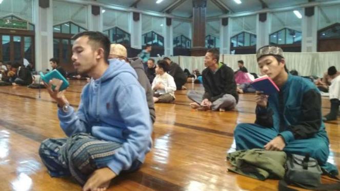 Jemaah melaksanakan itikaf di Masjid Habiburrahman Bandung, Jawa Barat.