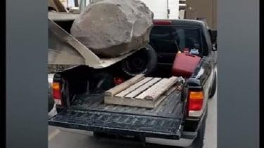 Batu dijatuhkan langsung ke mobil.