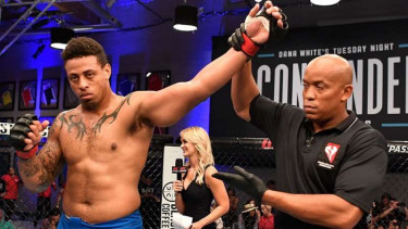 Greg Hardy (kiri) dapat kontrak UFC