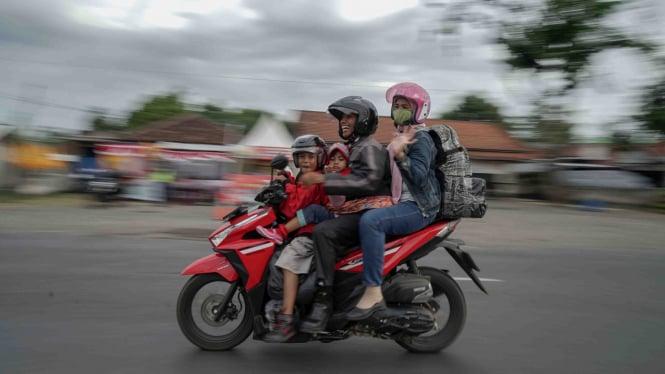 Pemudik menggunakan sepeda motor melintasi jalur selatan Jawa Tengah