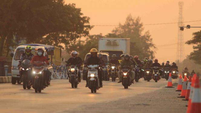 Kendaraan pemudik motor melintas di jalur Pantura Losarang, Indramayu
