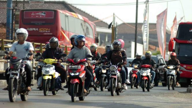 Pemudik sepeda motor melintas di jalur Pantura, Tegal, Jawa Tengah