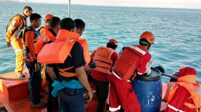 Pencarian korban KM Arista yang tenggelam di Pulau Kayangan, Sulsel.