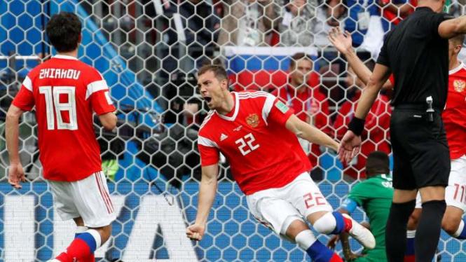 Pemain Rusia, Artem Dzyuba rayakan gol ke gawang Arab Saudi.