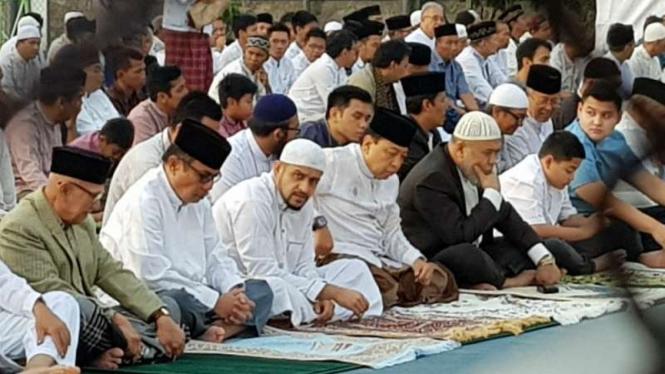 Setya Novanto duduk bersama Muhammad Nazarudin saat salat Idul Fitri di Lembaga Pemasyarakatan Sukamiskin, Bandung, Jawa Barat, pada Jumat pagi, 15 Juni 2018.