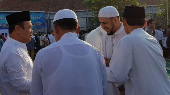 Terpidana kasus korupsi Wisma Atlet SEA Games tahun 2011, Muhammad Nazaruddin, usai salat Idul Fitri di Lapas Sukamiskin di Bandung, Jawa Barat, pada Jumat pagi, 15 Juni 2018.
