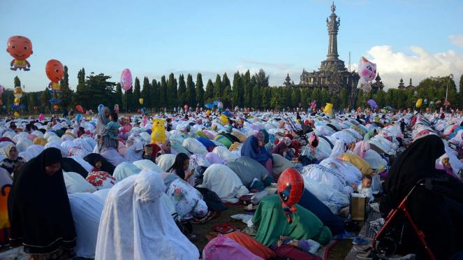 Umat Islam melaksanakan salat Idul Fitri.