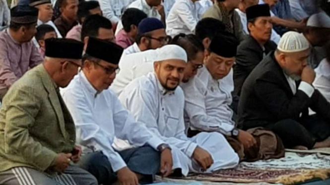 M Nazaruddin (tengah) saat salat Ied di LP Sukamiskin. Mantan Bendahara Umum Partai Demokrat itu sudah bebas dari Lembaga Pemasyarakatan Sukamiskin, Bandung, Jawa Barat sejak Minggu 14 Juni 2020.