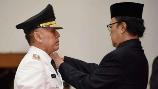 Menteri Dalam Negeri Tjahjo Kumolo (kanan) melantik Komisaris Jenderal Polisi Mochamad Iriawan sebagai Penjabat Gubernur Jawa Barat.
