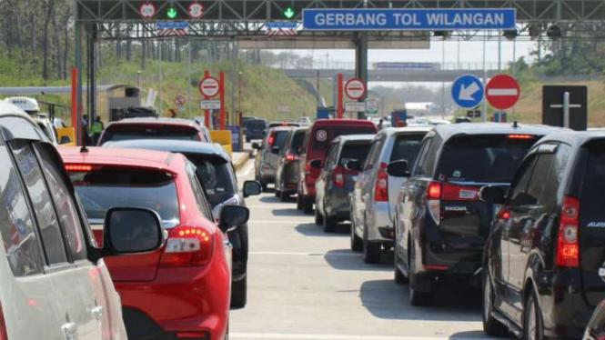 Antrean kendaraan di gerbang Tol Wilangan, Nganjuk, Jawa Timur, pada Senin, 18 Juni 2018.
