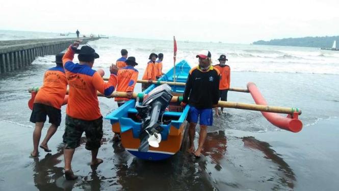 Pencarian wisatawan tersapu ombak di Pantai Teluk Penyu Cilacap