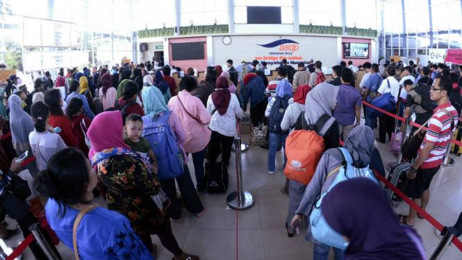 Pemudik membeli tiket kapal Ro-Ro di loket pelabuhan penyeberangan Bakauheni, Lampung Selatan, Lampung, Selasa (19/6/2018). Pada H+4 tercatat sudah 21.030 penumpang pejalan kaki yang menyeberang menuju pelabuhan Merak Banten.