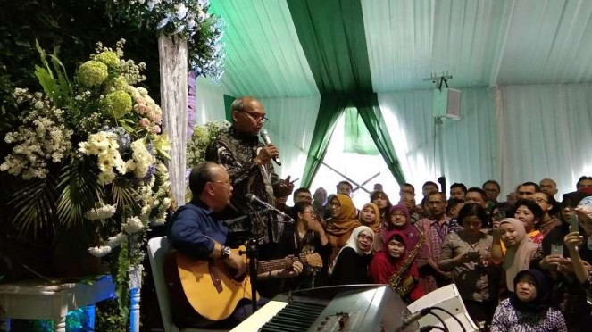 Penyanyi Ebiet G Ade tampil di acara halal bi halal Kementerian ESDM