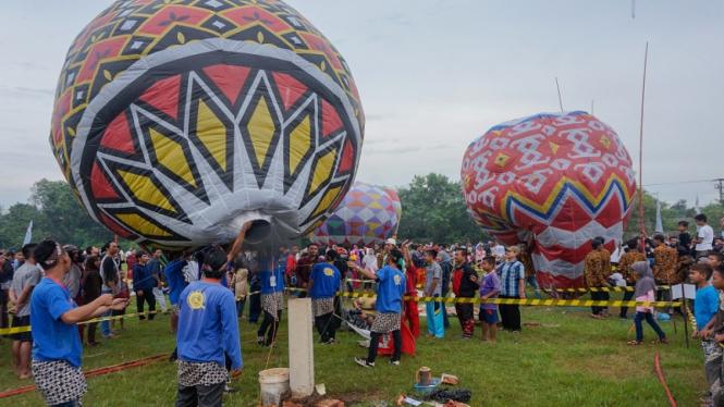 Warga melepaskan balon udara saat mengikuti Java Balloon Festival di Pekalongan