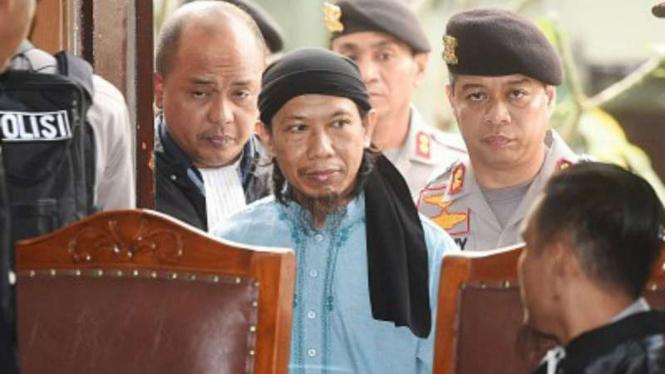 Terdakwa kasus terorisme Aman Abdurrahman (tengah)