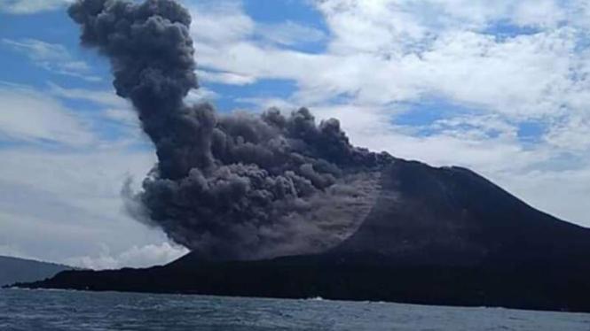 Gunung Anak Krakatau semburkan asap, Sabtu, 23 Juni 2018.