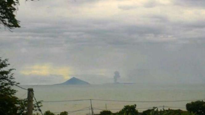 Asap letusan Gunung Anak Krakatau terpantau dari Pantai Anyer.