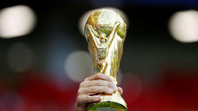 Replika trofi Piala Dunia 2018.