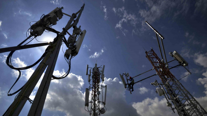 Pengecekan salah satu perangkat Base Transceiver Station (BTS) milik operator seluler.
