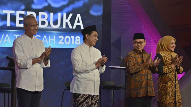 Dua pasangan cagub dan cawagub Jateng, Ganjar Pranowo (kiri) -Taj Yasin (kedua kiri) nomor urut 1 dan Sudirman Said (kedua kanan) - Ida Fauziyah (kanan) nomor urut 2