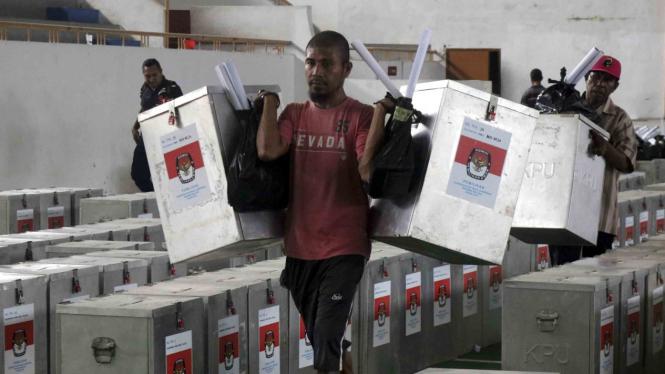 Sejumlah petugas mendistribusikan logistik Pemilihan Kepala Daerah, Pilkada Serentak 2018 Provinsi Maluku di Ambon, Maluku