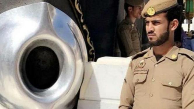 Petugas penjaga Hajar Aswad.