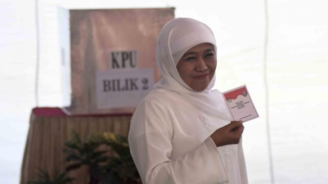 Calon Gubernur Jawa Timur nomor urut satu, Khofifah Indar Parawansa menunjukkan surat suara Pilgub Jatim