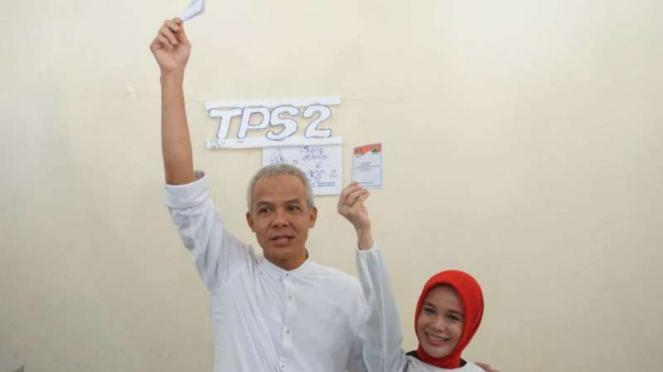 Calon gubernur Jawa Tengah Ganjar Pranowo dan istri saat nyoblos di TPS 2