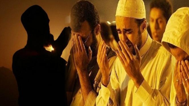 Ilustrasi membaca doa qunut.