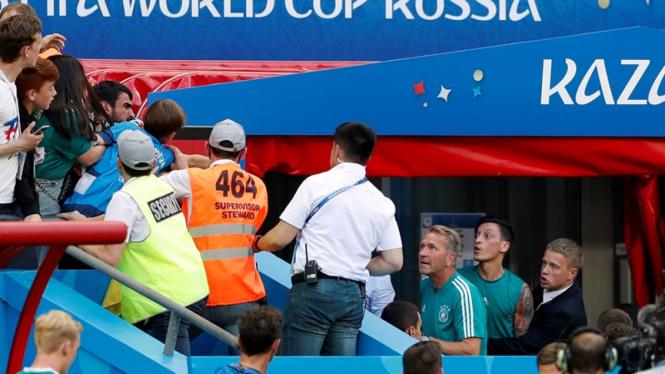 Pemain Timnas Jerman, Mesut Oezil berselisih dengan suporter