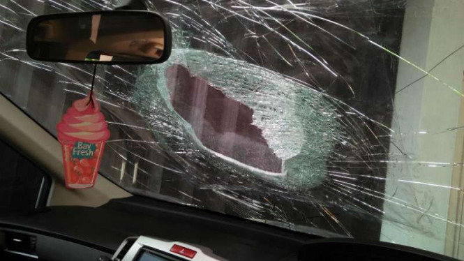 Mobil korban pelemparan batu di Tol Tangerang.