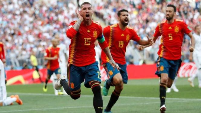 Pemain belakang Timnas Spanyol, Sergio Ramos, melakukan selebrasi