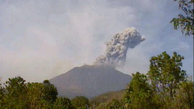 Gunung Agung di Bali kembali erupsi Selasa pagi, 3 Juli 2018.