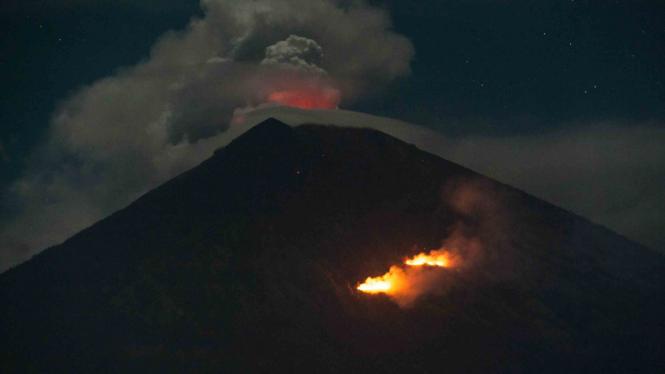 Ilustrasi erupsi gunung Agung.