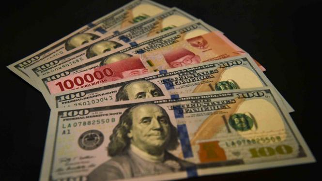 Lembaran mata uang rupiah dan dolar AS diperlihatkan di salah satu jasa penukaran valuta asing di Jakarta