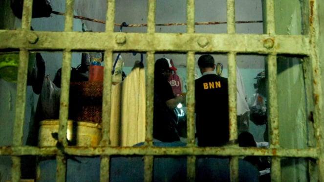 Petugas BNN memeriksa ruang narapidana saat razia di Lapas Kelas II B Tegal, Jawa Tengah