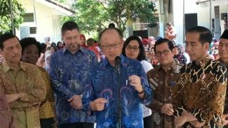 Jim Yong Kim (tengah) saat berstatus Presiden Bank Dunia ketika bertemu Presiden Jokowi di Jakarta beberapa waktu silam.