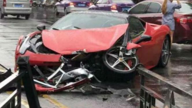 Mobil Ferrari hancur.