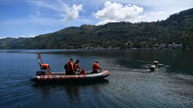 Ilustrasi - Tim SAR melakukan pencarian korban kecelakaan kapal
