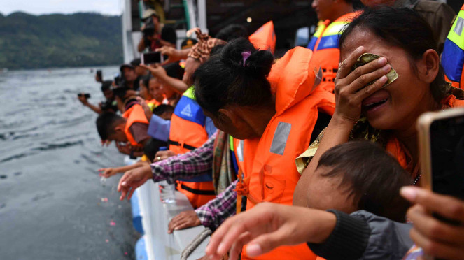 Sorot kapal - Kesedihan keluarga korban kecelakaan kapal di Danau Toba
