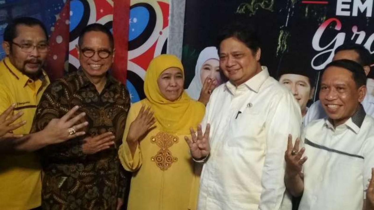 Ketua Umum Partai Golkar Airlangga Hartarto (kedua dari kanan) saat berkunjung ke rumah Khofifah Indar Parawansa di Surabaya, Jawa Timur, pada Kamis malam, 5 Juli 2018.