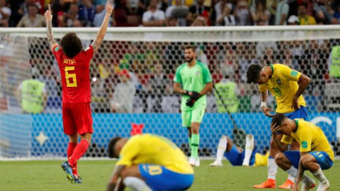 Para pemain Brasil tertunduk lesu usai dikalahkan Belgia