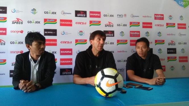 Pelatih Arema FC Milan Petrovic (tengah)